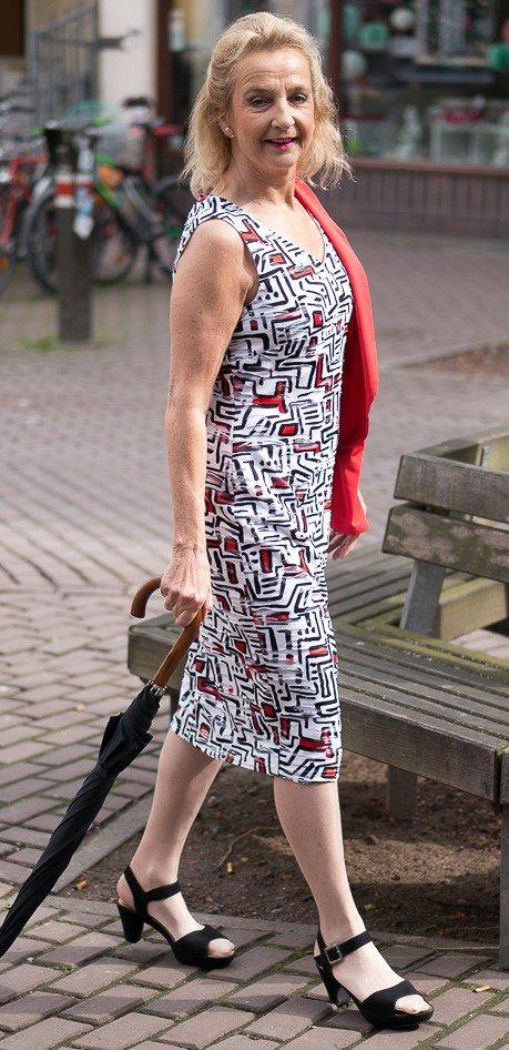 Kleid mit einem toll wirkendem Muster - unregelmäßige grafische Elemente mit 3-D-Effekt durch Mini-Spitze und Fältchen