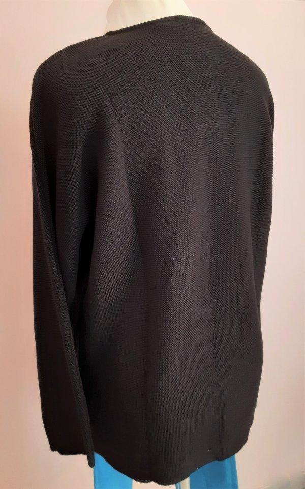 Strick-Pullover mit Rundhalsausschnitt und Reißverschluß am Ausschnitt. Farbe: Schwarz