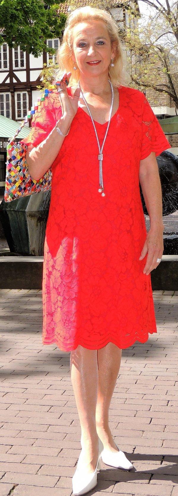Kleid, komplett in Spitze, rot. Marke Batida