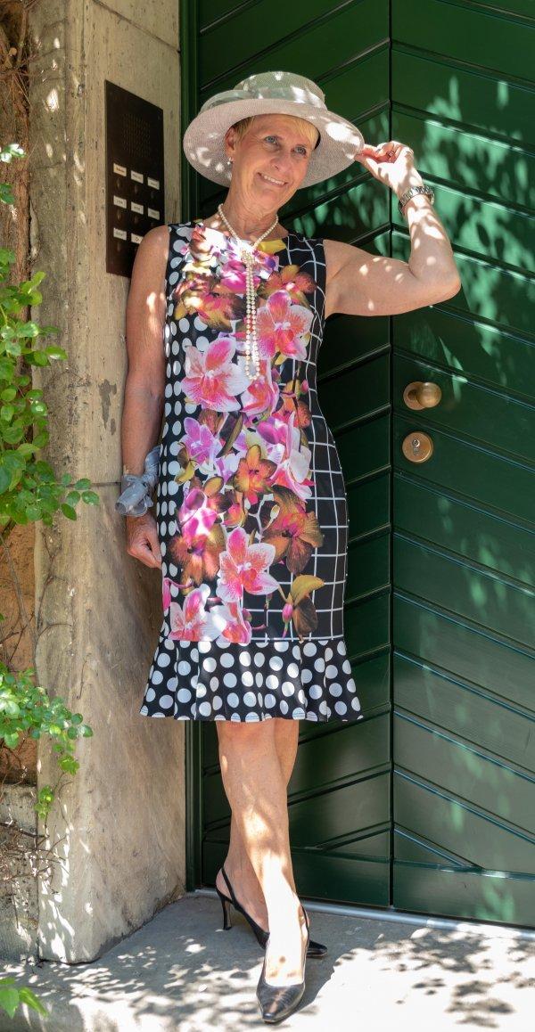 """""""Gute-Laune-Sommerkleid"""" mit leuchenden Blumen auf schwarz und mit tollem Volant unten."""