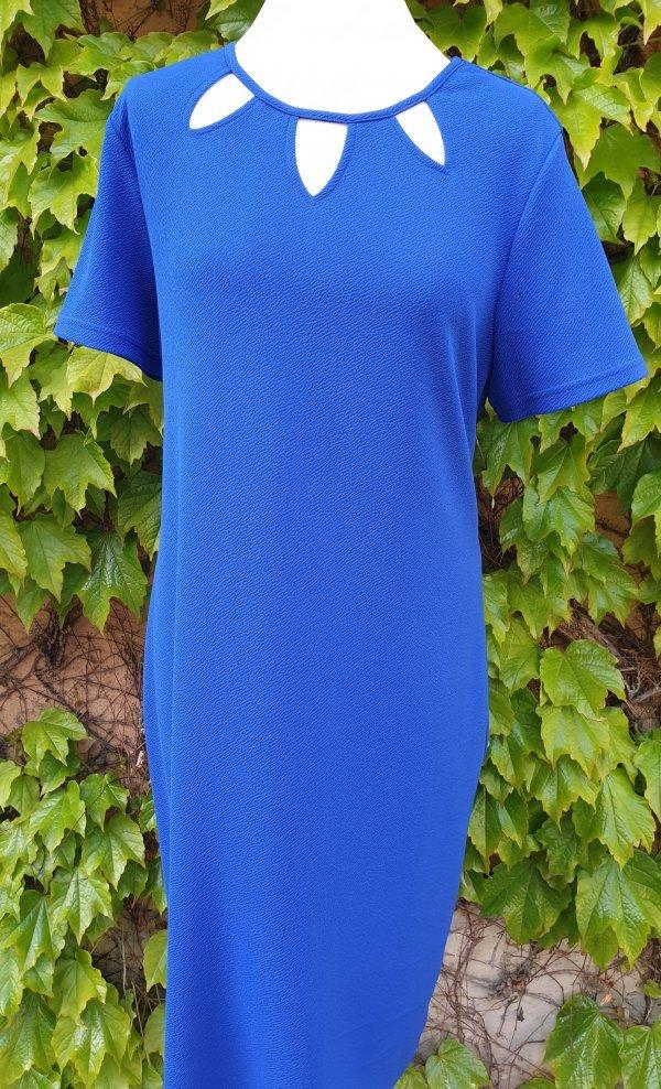 Gerade geschnittenes Kleid mit 3 V-Ausschnitten, die rund verbunden sind. Marke Batida