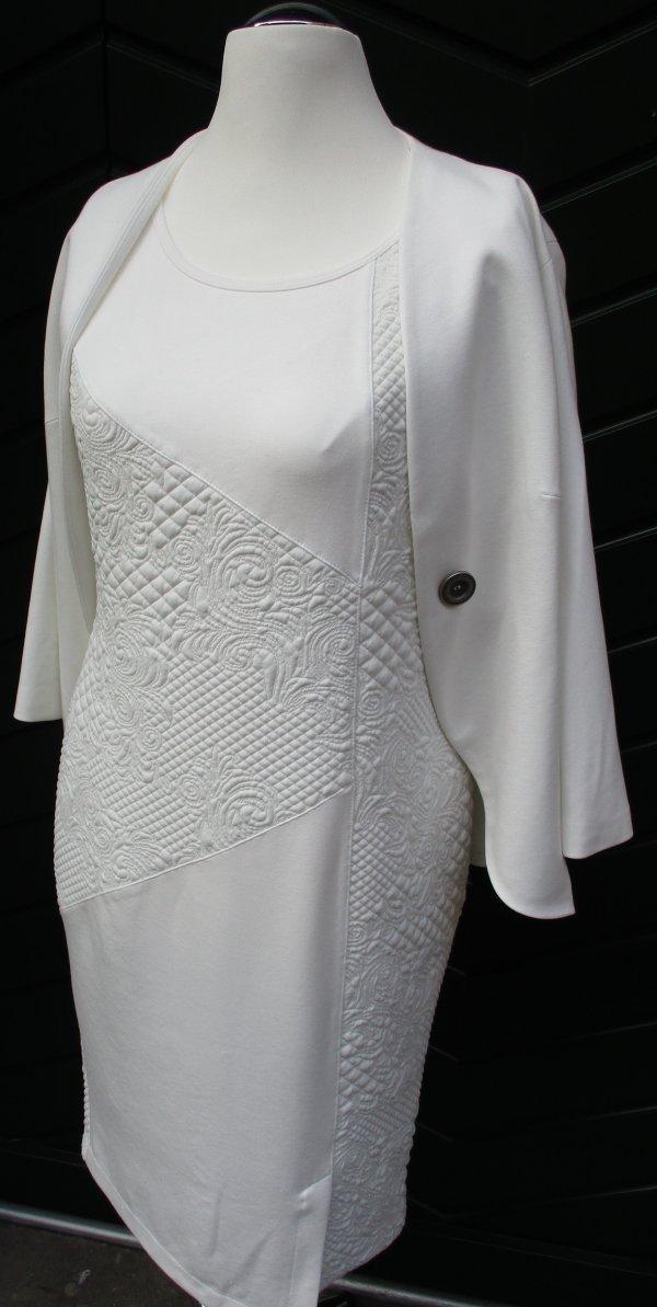 Kleid in Farbe Ecru, mit Webstrukturmuster. Marke Piccadilly