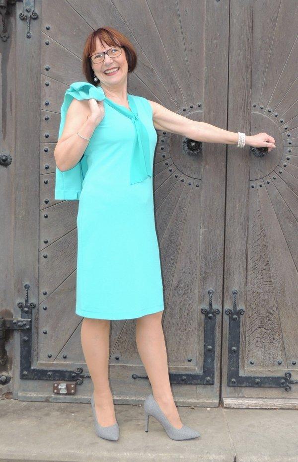 Außergewöhnliches Kleid in frischer Farbigkeit. Ohne Ärmel (Bolero bestellbar).