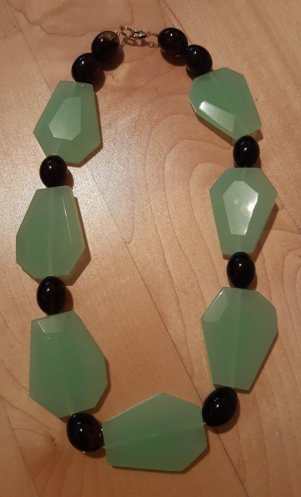 Edelsteinschmuck. Kette. Meeresgrüne Chalcedon-Steine und Rauchquarz