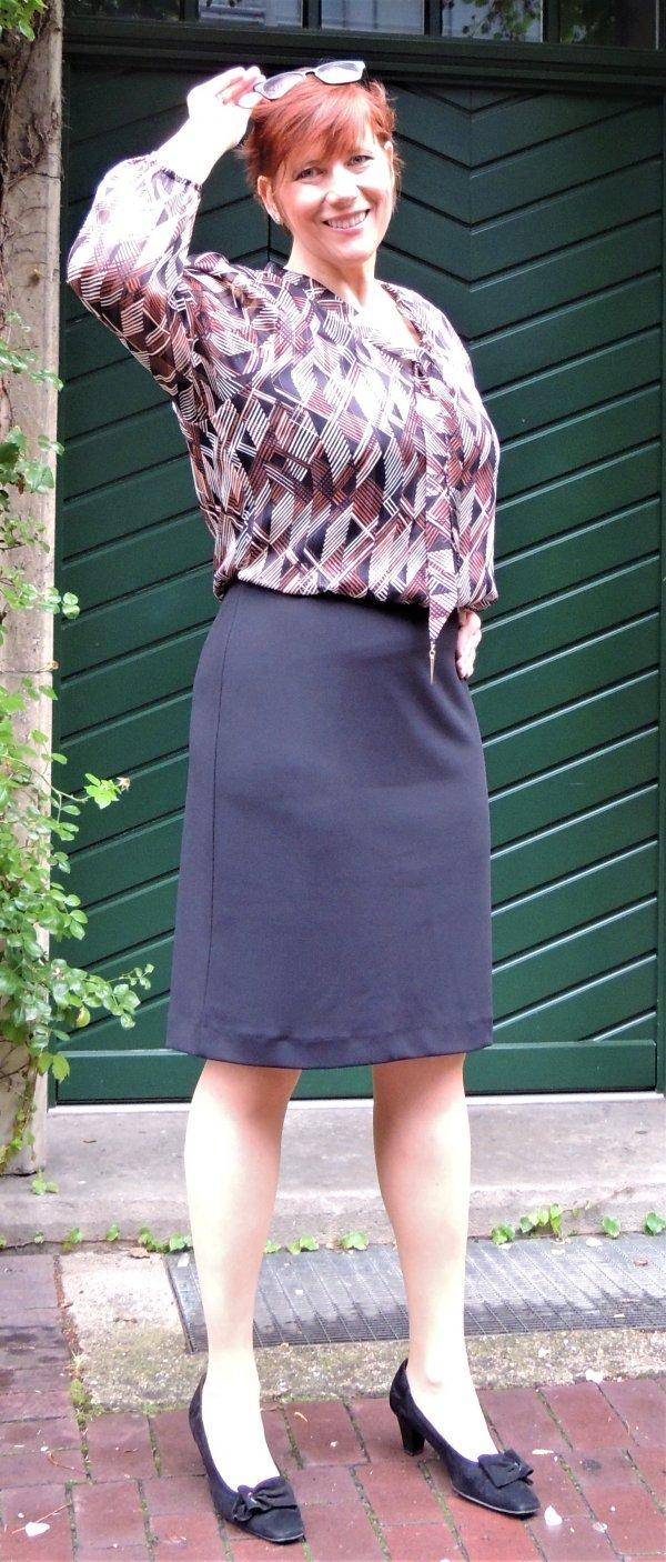 """Kleid, Batida. Klassisch, mit gemusterten Oberteil und schwarzem """"Rockteil"""""""