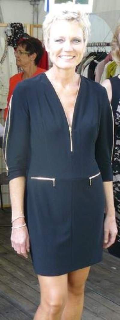 Sportives Kleid von Joseph Ribkoff in Schwarz mit offenliegenden goldenen Reißverschlüssen. Ausschnitt variabel. Preisreduziert: Statt 249,95 nur 199,95 €