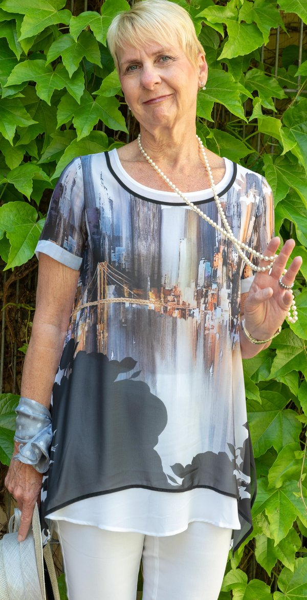 Leichtes Blusenshirt, doppellagig. Metropol-Motiv, Edle Wirkung. Marke Piccadilly