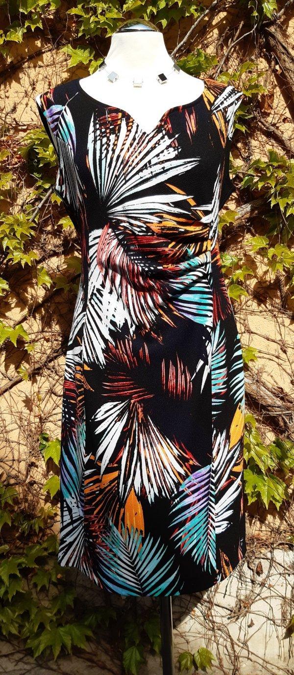 Kleid, Marke Batida. Ein zum V geschwungener Ausschnitt. Seitlich und vorne gerafft.