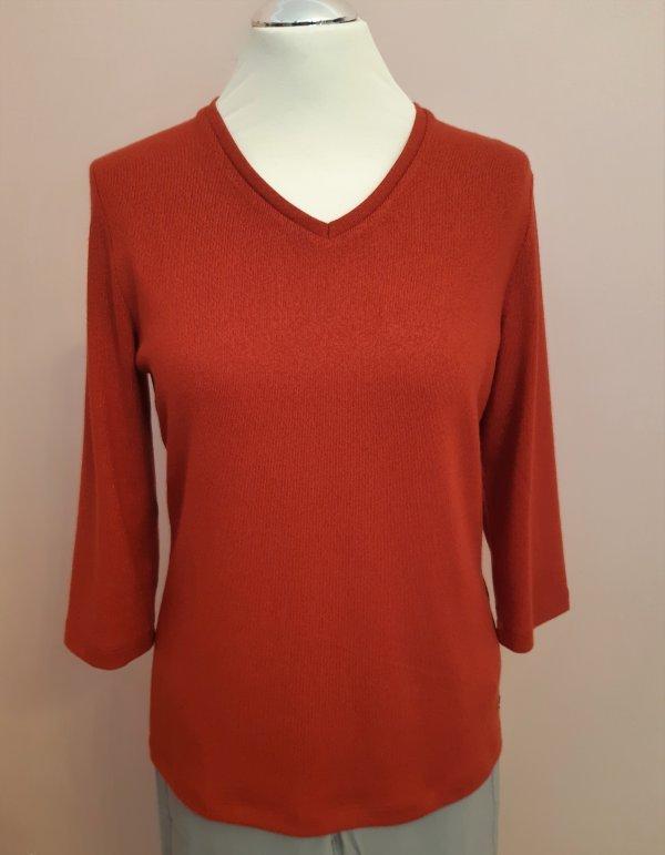 Leichter Pullover mit V-Ausschnitt. Farbe Rostbraun.