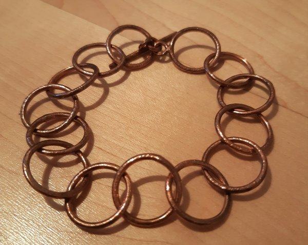 Armband mit rosé-vergoldeten Kupferringen. Version mit großen Ringen.