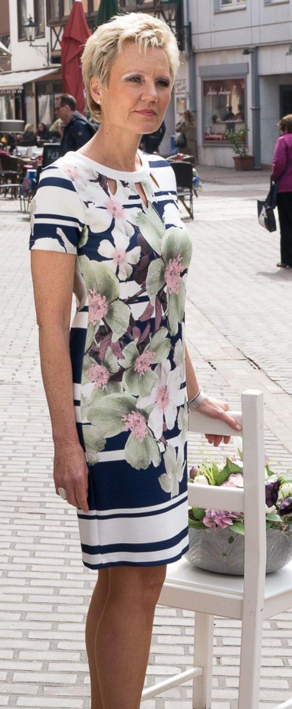 Kleid Batida, frisches florales Motiv auf blau-weißem Grund. Kurzarm.