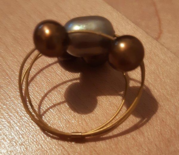 Ring in 22kt Gold. Eine champagnerfarbene und 4 dunklere Perlen