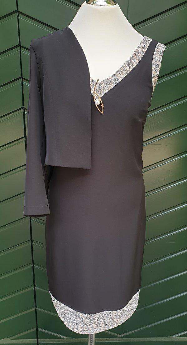 Kleid mit großem V-Ausschnitt, eingefaßt mit Bise in Leo-Muster. Marke Batida