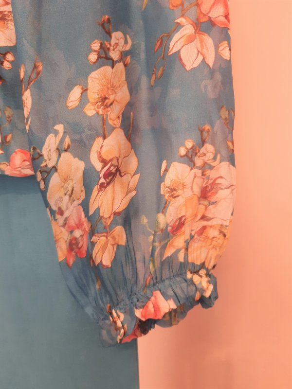 Bluse Seide/Viscose mit Carmen-Ausschnitt. Gefüttert. Floral gemustert.