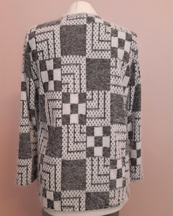 Kuscheliger Viscose-Pullover in A-Form. Schwarz/Grau/Weiß gemustert,