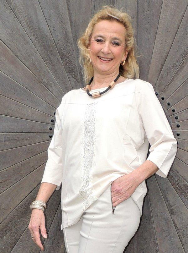 Oberteil. Champager-farbig. Marke Margit Brandt, mit elegantem vertikalen Spitzeneinsatz vorne