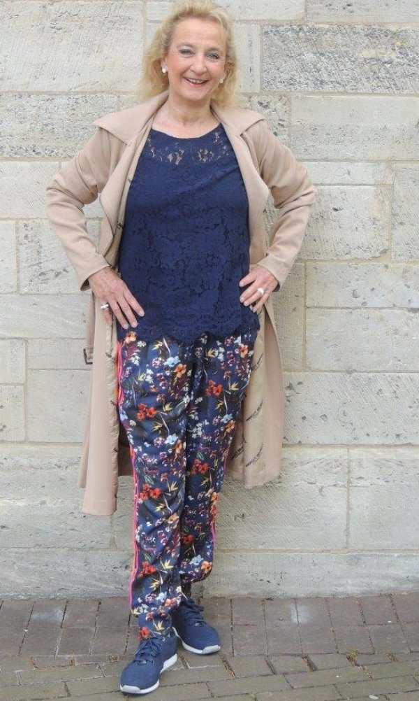 Stehmann-Hose, floral gemustert auf blau, Steitenstreifen orange+rot, leicht und gerade geschnitten, Gummizugbund