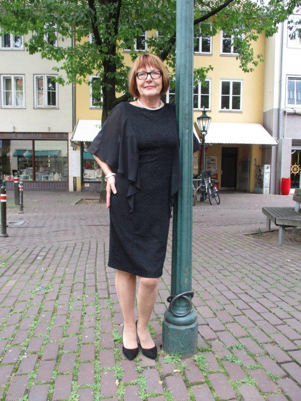 Kleid Marke Joseph Ribkoff. Mit Webstruktur. Volants statt Ärmel. Preis ist um 20% reduziert! Statt 289,95 € nur 229 €.
