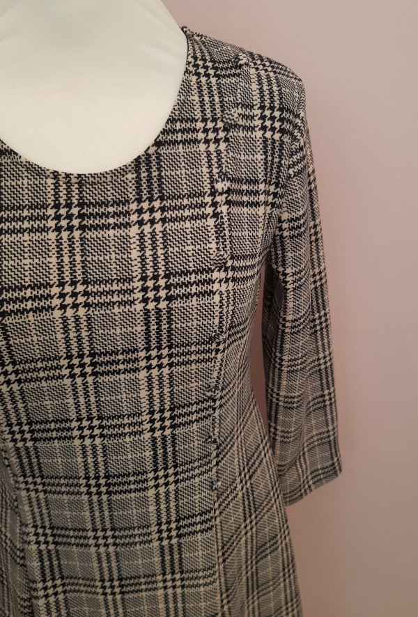 Kleid Batida. Unten ausgestellt mit 2 Kellerfalten vorne und hinten. Glencheck Schwarz/Beige