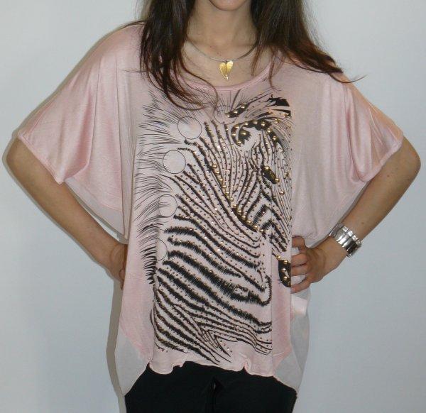 Viscose-Shirt mit Fledermausärmeln. Lachsfarben mit Animal-Print-Motiv und Glanzsteinchen. EINHEITSGRÖSSE 34-44
