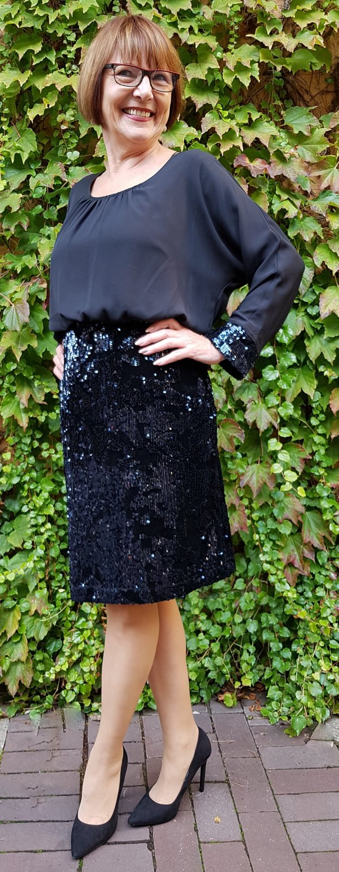Kleid Batida mit Pailletten-Rockteil und blusigem Oberteil