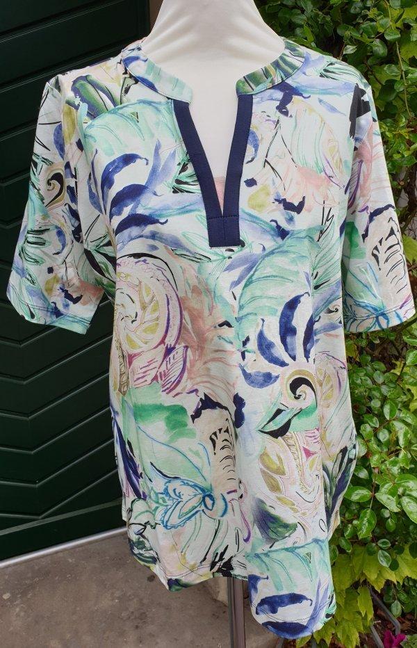 Shirt, in den aktuellen Modefarben gemustert und mit einem blau abgesetzten V-Ausschnitt. Marke Top Secret