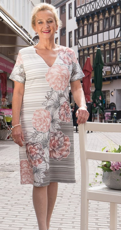 Kleid in Weiß / Hellgrau / Rosé mit dezenten floralen Motiven. Marke Batida
