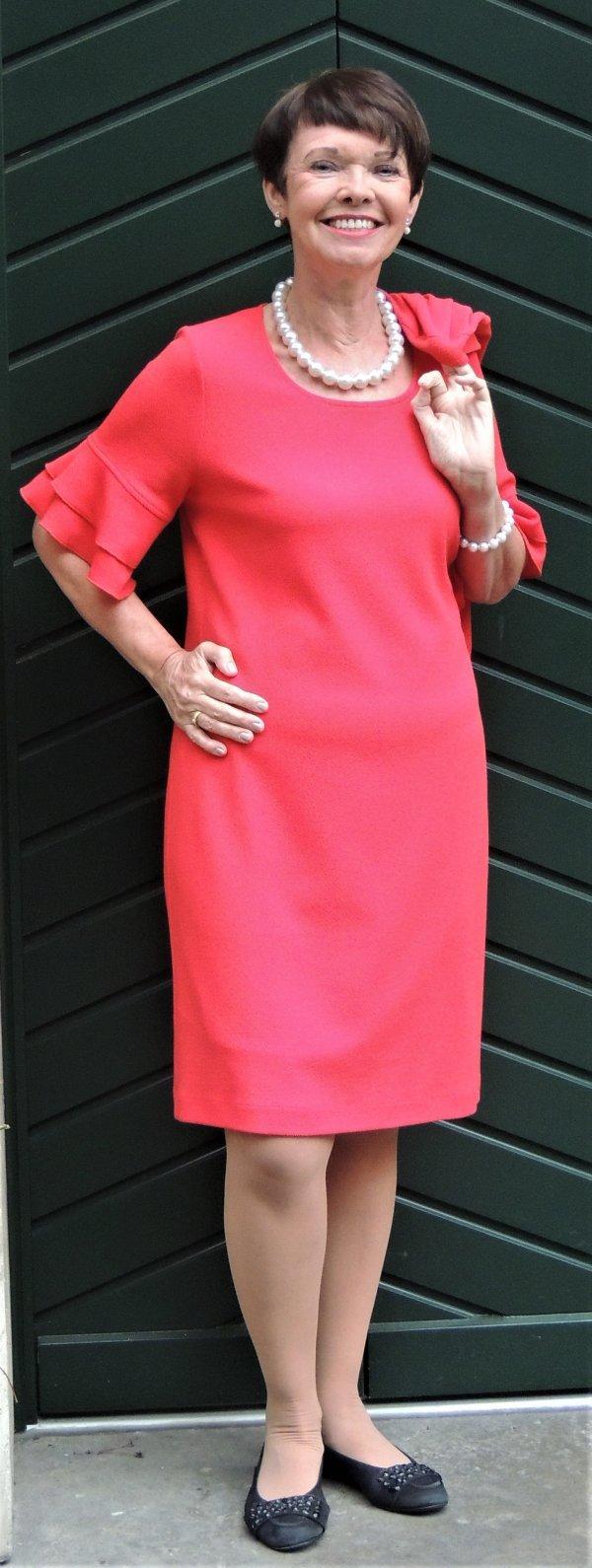 Kleid in rot. Halblange Ärmel, weit mit Volants. Marke Batida
