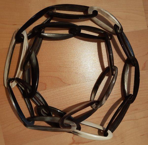 Afrikanischer Schmuck. Handarbeit. Lange Kette mit großen Gliedern. Horn, Version mit dunklem Horn