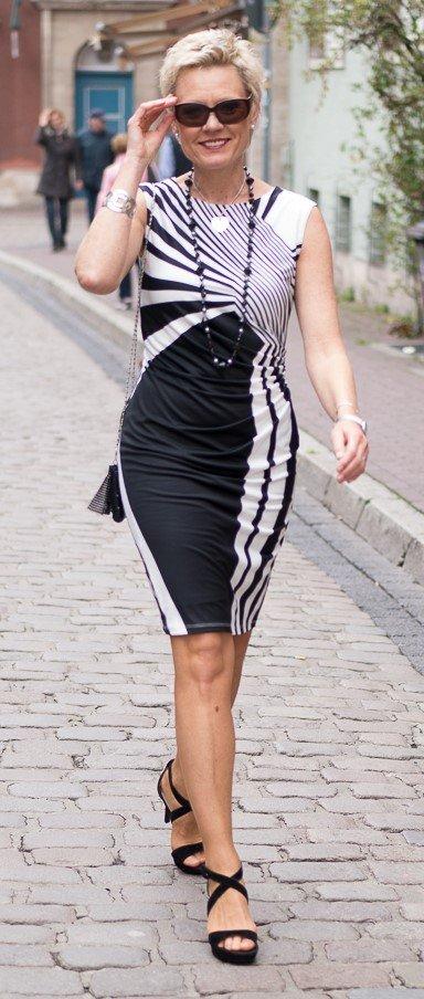 Kleid in Schwarz-Weiß, mit graphischem Muster. Seitlich kaschierend gerafft. Marke Tia