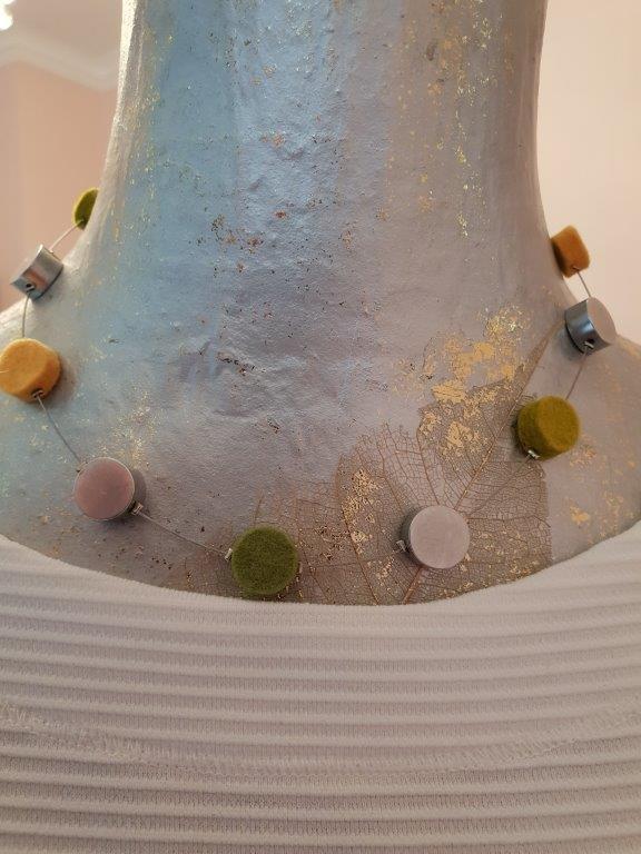 Kette aus Filz und Alu. Filzfarben Gelb+Grün+Aluminiumelemente