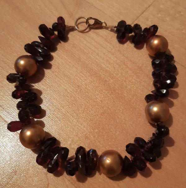 Edelsteinschmuck. Armband mit Granattropfen und Muschelkern-Perlen aus Austernmuscheln79