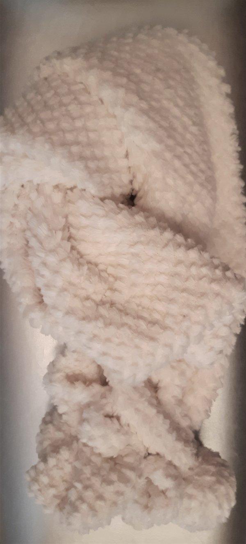Schal mit gewebten Noppen und Bommeln. Abmessungen 27cm x 80cm